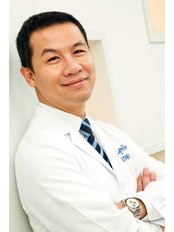 Dr Suthipong Treeratana - Surgeon at Rattinan Clinic