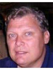 Herr Oldrich Jelínek - Leitender Chirurg - Royal Medical
