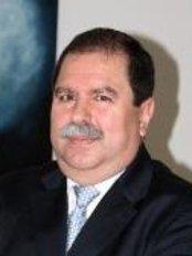 Dr. René Crisanto Mora Esquivias - Lapislázuli #3050, Esquina Ámbar, Col. Residencial Victoria, Guadalajara, Jalisco, 44560,  0
