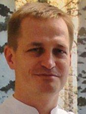 Dr. Maciej Kuzniar - Stomatologist, Implantologist - Leitender Zahnarzt - PolMed Travel