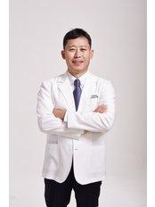 Доктор Lee  Myung Ju - Главный хирург в VIP International Plastic Surgery Center