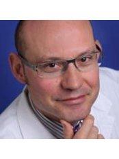 Dr Víctor Hernàndez Machado - Doctor at Cànons - Cirurgia I Medicina Estètica