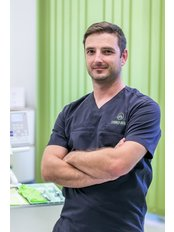 Dr. Attila Simay - Mundchirurg - Evergreen Dental