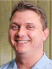 Dr. Ádám Pánczél - Mundchirurg - Kreativ Dental