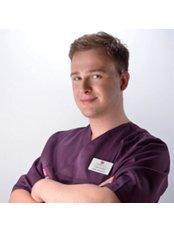 Dr. Lukasz Gluszek - Kieferorthopäde - Silver Dental Clinic
