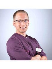 Dr. Tomasz Rabinski - Chirurg - Silver Dental Clinic