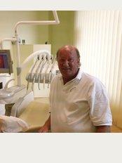 Dental Consult Van Beek - Av de la Carbonera, 2 / Calle l'Hort 12, Alfas del Pí (L'), Alicante, 03580,