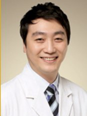 Lafa Medical Group - Dr Hu Jung Woo is determined to offer the best for his clients by putting their needs first and working towards achieving them.